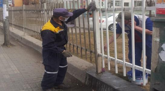 Нийтийн эзэмшилийн гудамж талбайг цэвэрлэж байна